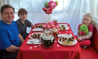 makan malam bersama keluarga di hari valentine