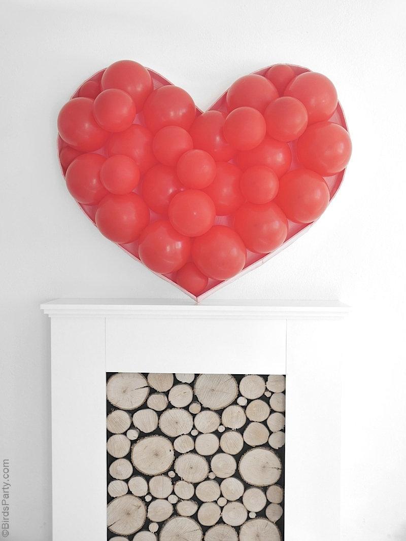 DIY Toile de Fond Cœur en Ballon -  idée déco simple et rapide à pour la Saint Valentin, fiançailles ou photomaton de mariage! by BirdsParty.com @birdsparty #saintvalentin #mariage #diymariage #photomaton #ballonscoeur #coeurballon #diysaintvalentin