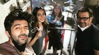 kartik-aaryan-welcome-tabu-on-the-set-of-bhool-bhulaiyaa-2-shoot-brings-her-own-z-plus-bio-bubble