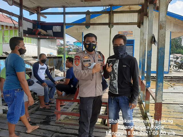 Polsek Murung Sosialisasikan Prokes Dan Bagikan Masker Ke Warga Desa Juking Pajang