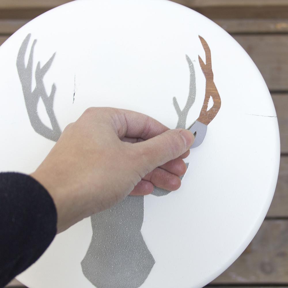 Paso A Paso - Dos taburetes de madera - Quitando el stencil