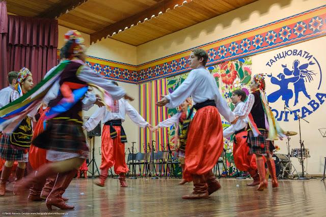 Jovens de grupo folclórico ucraniano dançando