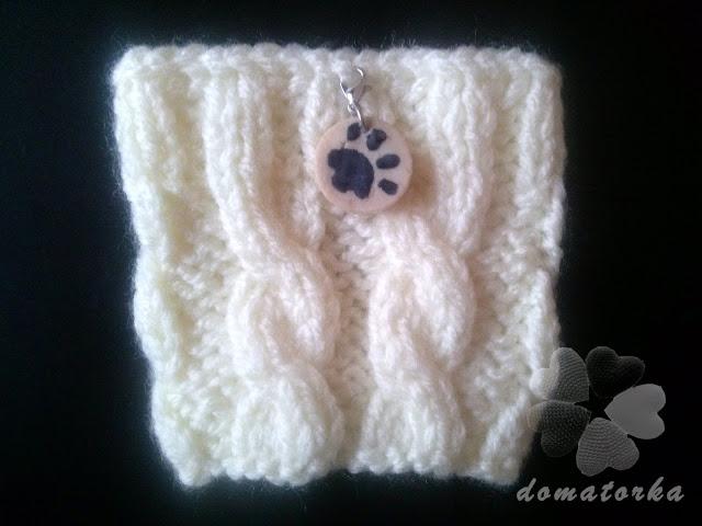 Kremowy sweterek na kubek z kocią łapką