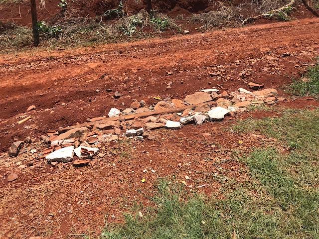 Roncador: Moradores usam entulhos de construção para tapar buracos em rua