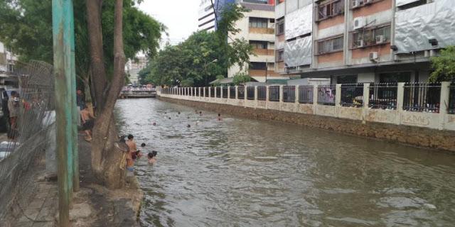 Saat Puluhan Anak Jadikan Sungai di Jakarta seperti Kolam Renang