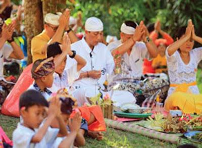 Ambon, Malukupost.com - Sejumlah umat Hindu di Kota Ambon memilih melaksanakan Hari Raya Nyepi di Pura Stana Giri Ciwa, kawasan Taman Makmur, Kecamatan Nusaniwe, Selasa (28/3).  Berdasarkan pantauan, puluhan umat Hindu sudah mendatangi Pura sejak subuh untuk berdoa. Mereka terlihat khusyuk melantunkan doa di Pura yang dihiasi dengan ornamen berwarna kuning dan putih.