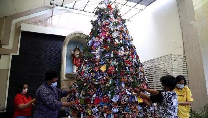 Berdalih Toleransi, Warga NU Jatim Rangkai Pohon Natal dari Masker