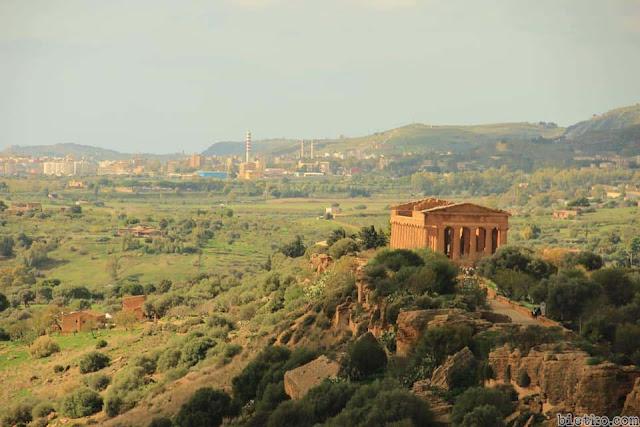 Một đền thờ kiến trúc kiểu Hy Lạp trên đảo Sicily