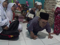 Ustadz Ini Jalan Dengan Merangkak Demi Ajarkan Al-Qur'an
