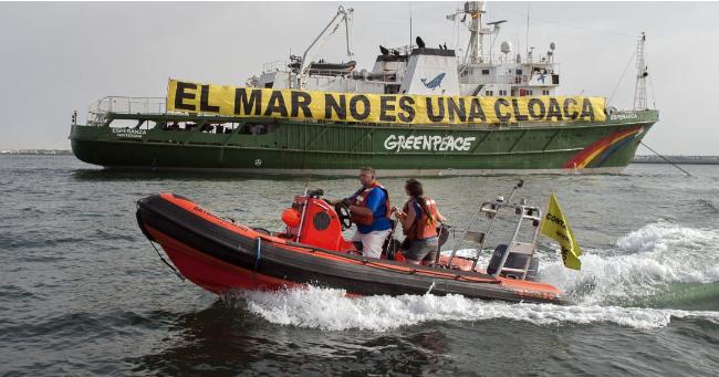 Activistas de Greenpeace denuncian la contaminación en la ría de Huelva a  bordo del buque Esperanza  bda0403a280