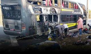 Ônibus com turistas pega fogo