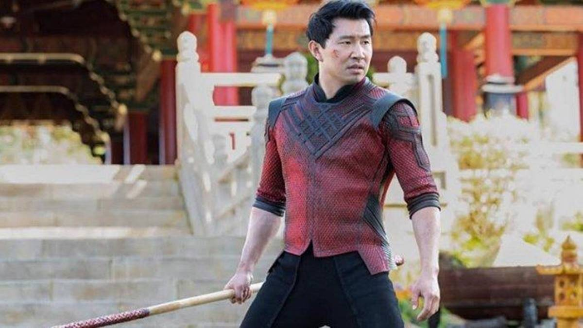 Simu Liu dengan kostum khas desa Ta Lo saat melawan Ayahnya