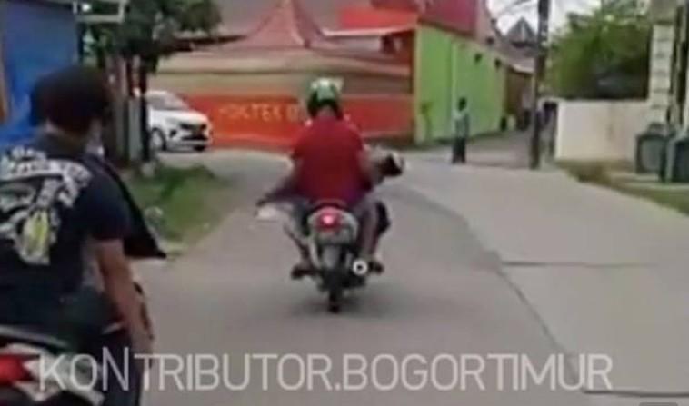 Viral Warga Bawa Jenazah Dibungkus Kain Jarik Pakai Motor di Bogor