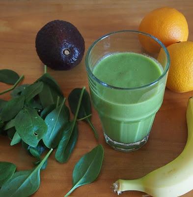 Obst und grüner Smoothie