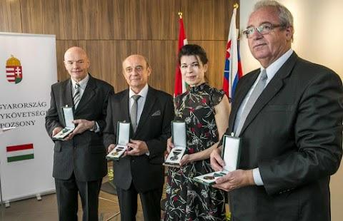 Kitüntetéseket adtak át a nemzeti ünnep alkalmából Magyarország pozsonyi nagykövetségén