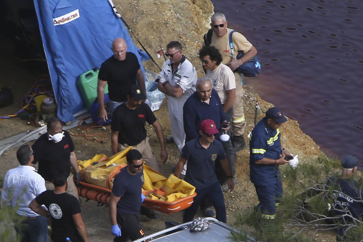 Γέμισε τη λίμνη με πτώματα - Θρίλερ με την τρίτη βαλίτσα