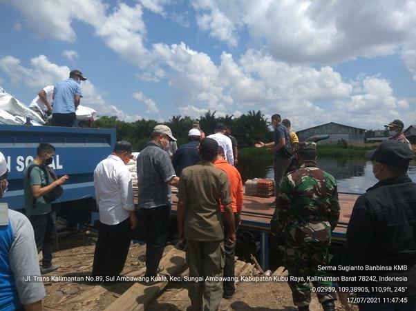 Pasca TMMD Ke-111 Kodim 1207/Ptk, Babinsa Salurkan Bantuan Korban Banjir di Desa Kubu Padi