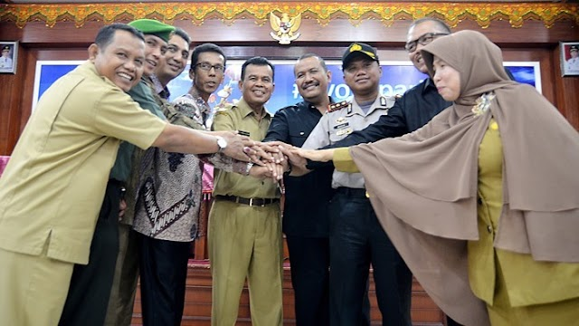 Walikota Mukhlis Rahman, Tandatangani NPHD Pilkada Pariaman 2018