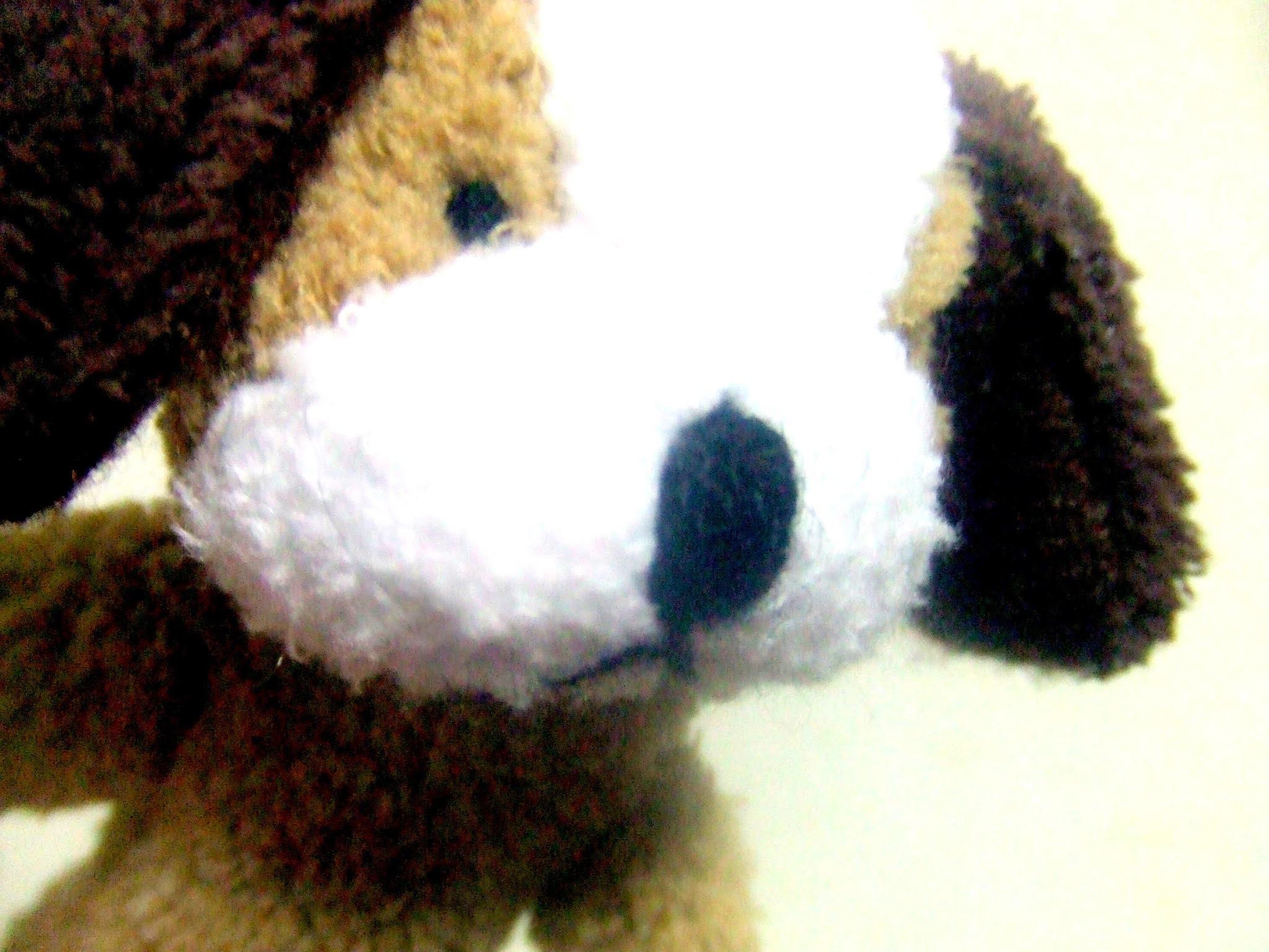 イヌの指人形のぬいぐるみのドアップです。いぬ
