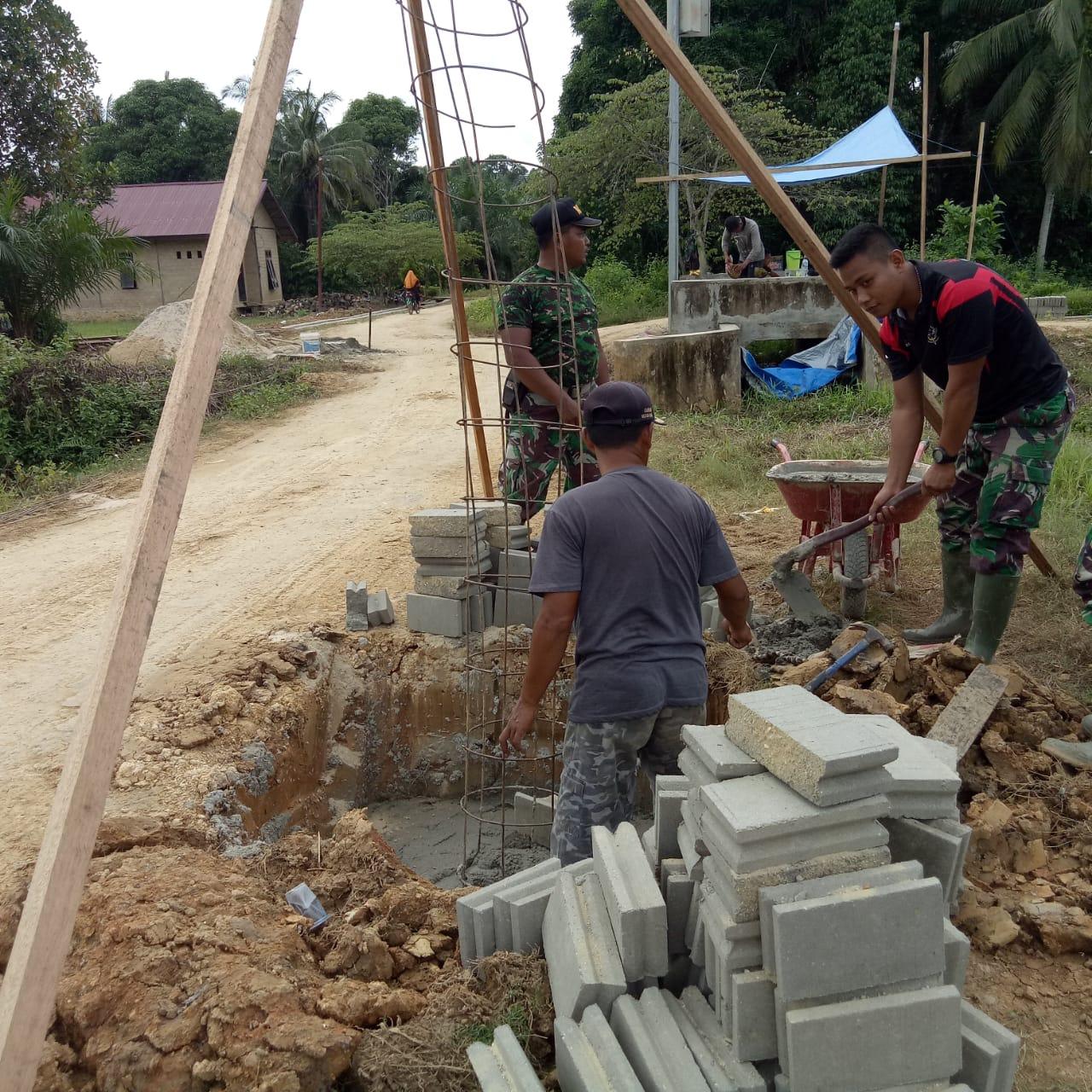 Satgas TMMD Membuat Batako Guna Pembangunan Tugu