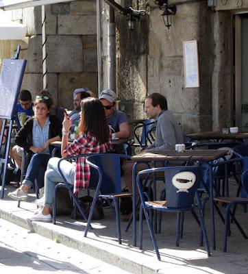 Pessoas sentadas na cadeira portuguesa Adico numa esplanada