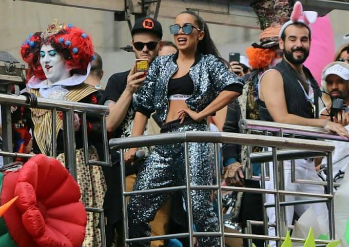 Anitta interrompe show para promover pedido de casamento entre rapazes