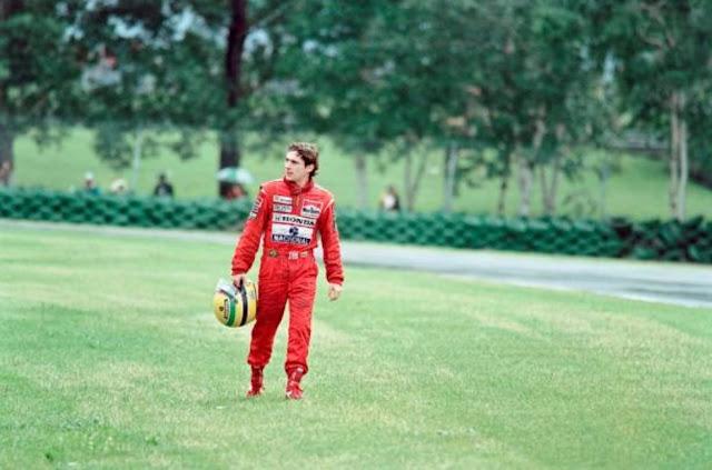 Senna volta a pé para os boxes após a quebra em Montreal, em 1989 — Foto: Getty Images