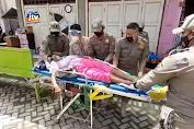 Dramatis Evakuasi Gelandangan Sakit Tergeletak Di Kawasan Wisata