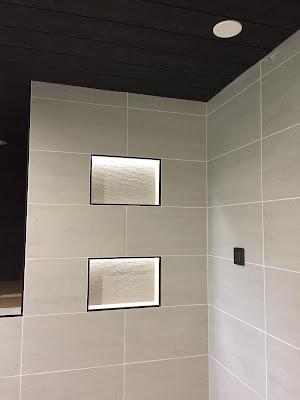 harmaa-musta pesuhuone, harmaa kylpyhuone, mustat tehosteet, musta pistorasia, siparila struktuuri paneeli, musta saunapaneeli