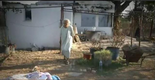Συγκινεί ηλικιωμένη που κοιμάται με τον σκύλο της στο καμένο της σπίτι