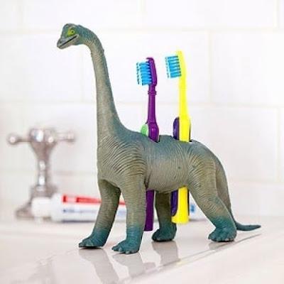 dinosaurio es un porta cepillos de dientes.