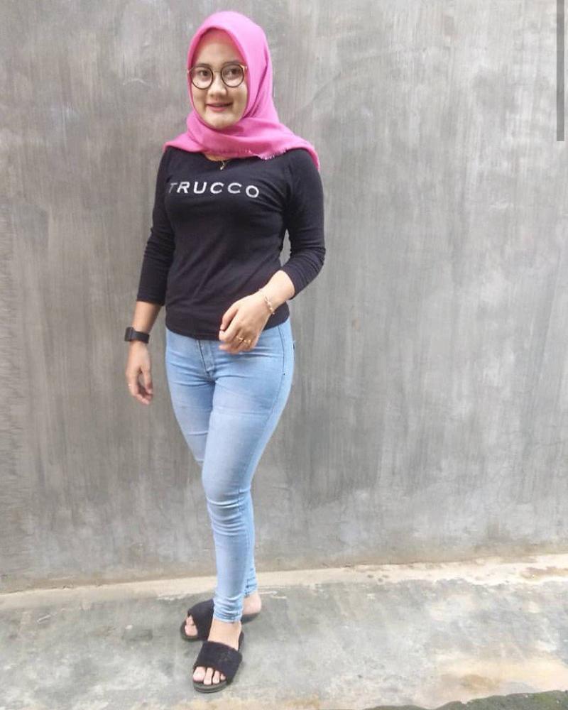 cewek seksi dan manis Celana Jeans dan Hijab