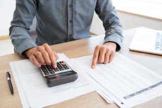 homem calculando taxas de banco