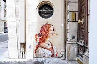 Sunday Street Art : Les Murs ont des oreilles - Pied de nez - rue de Sévigné - Paris 4