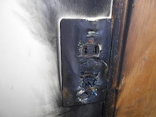 参考写真:延長コードを使用して発火したエアコンコンセント