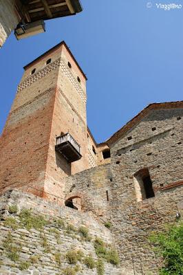 La porta di accesso al castello di Serralunga