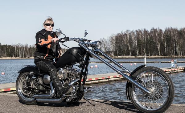 harley davidson chopper sposter omavalmiste biker chik motoristi nainen moottoripyörä amerikkalainen