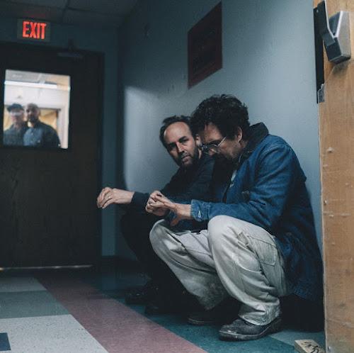"""Artigo: Como """"Fogo contra Fogo"""" inspirou a colaboração entre Derek Cianfrance e Mark Ruffalo em I Know This Much is True."""