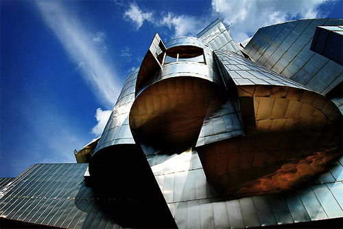 Espectacular detalle y vista contrapicado de la fachada del Weisman Art Museum de Minneapolis diseño del arquitecto Frank Gehry