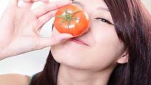 Tips Ampuh Menghilangkan Jerawat dan Bekasnya dengan Tomat
