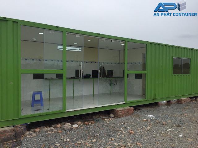 Container 40 feet được thiết kế làm nhà ở. Bao gồm 1 nhà vệ sinh, một phòng ngủ. Phòng rộng nhất được thiết kế lối vào và tại đây chính là nơi sinh hoạt chung và nhà bếp