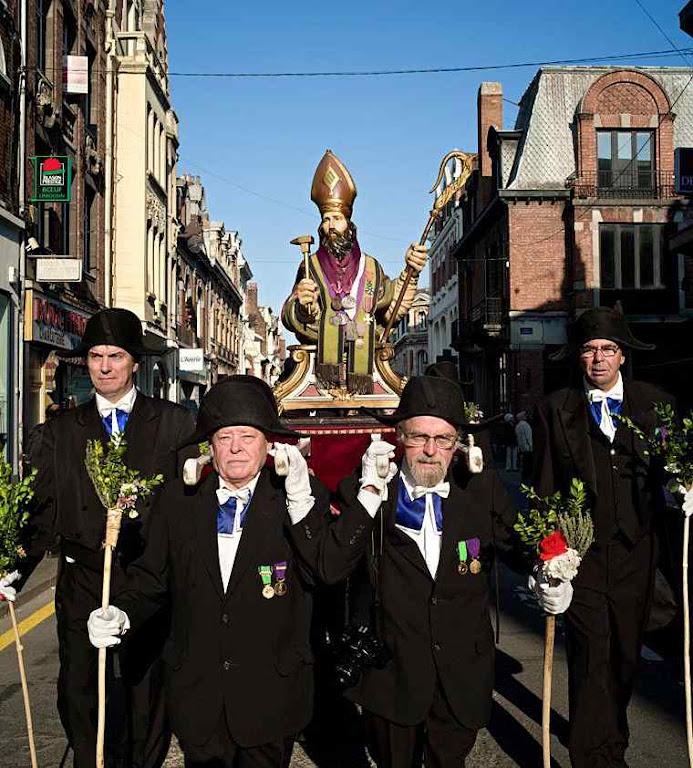 Confraria de Les Charitables leva o busto de Santo Eloi em procissão