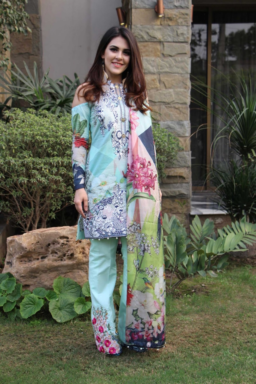 Crimson lawn 2017 catalogue,Aisha omer latest pics presenting Crimson lawn 2017,Crimson lawn 2017 heavy embroidery shirt trouser with silk dupata.Crimson lawn Eid Collection