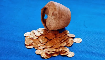 Kisah Dua Orang Saleh dan Seguci Emas