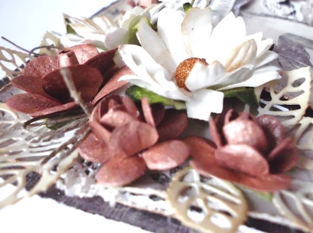 kartka ozdobiona kwiatami i tagami