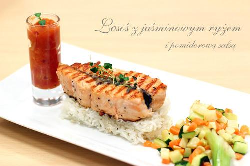 stek z łososia z jaśminowym ryżem i pomidorową salsą
