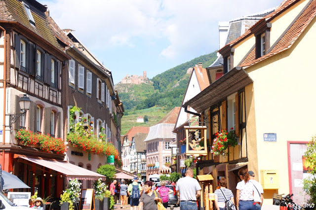 La Grand Rue di Ribeauvillé con i castelli sullo sfondo