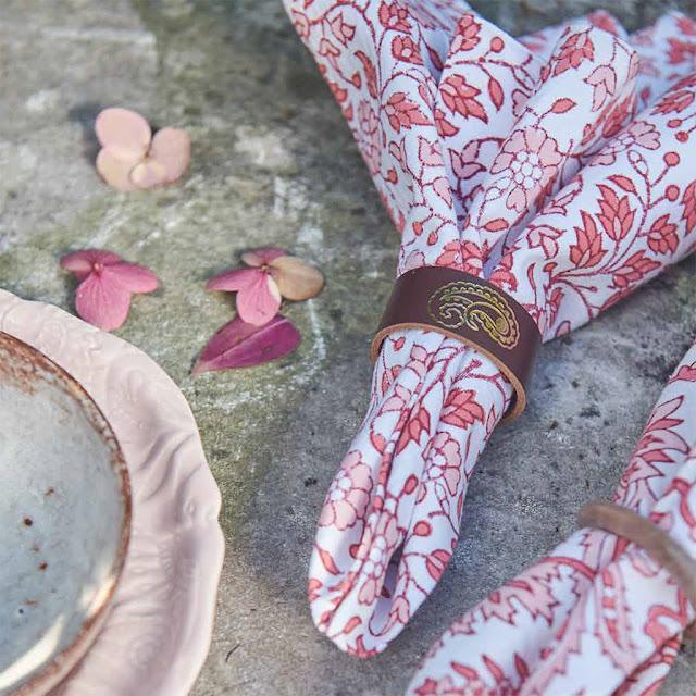 Blommiga tygservetter för en vacker och inspirerande dukning.