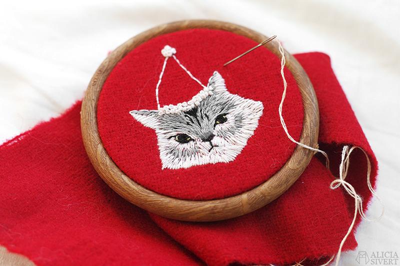 aliciasivert alicia sivertsson sivert broderi embroidery fritt frihandsbroderi katt i tomteluva jul julkatt christmas cat