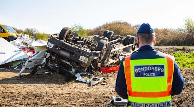 Halálos baleset a 67-es úton, felborult egy teherautó